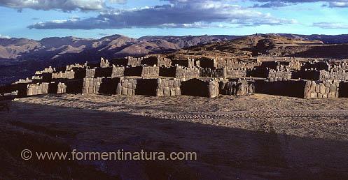 Saqsaywamán, imponente fortaleza sobre el Cuzco donde Garcilaso jugaba con sus compañeros en la infancia. Pocos años antes había sido escena de cruentas batallas.